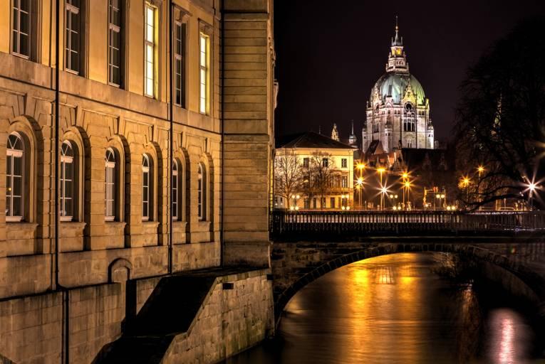 Das Leineschloss am Abend. Im Hintergrund ist das Neue Rathaus zu sehen.
