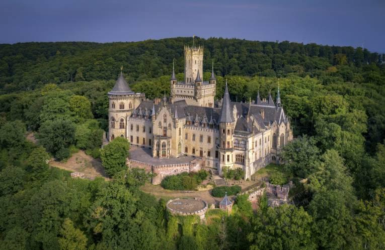 Das Schloss Marienburg aus der Vogelperspektive.