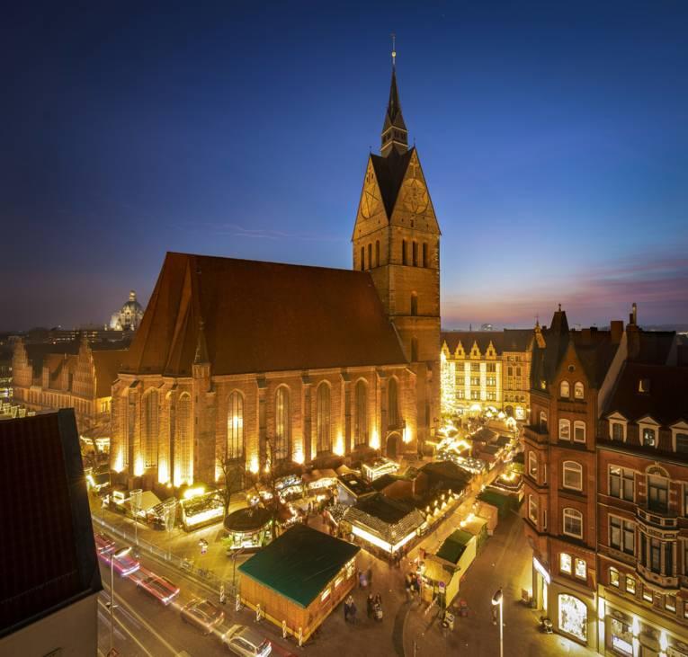 Der Weihnachtsmarkt erleuchtet die Altstadt in Hannover.