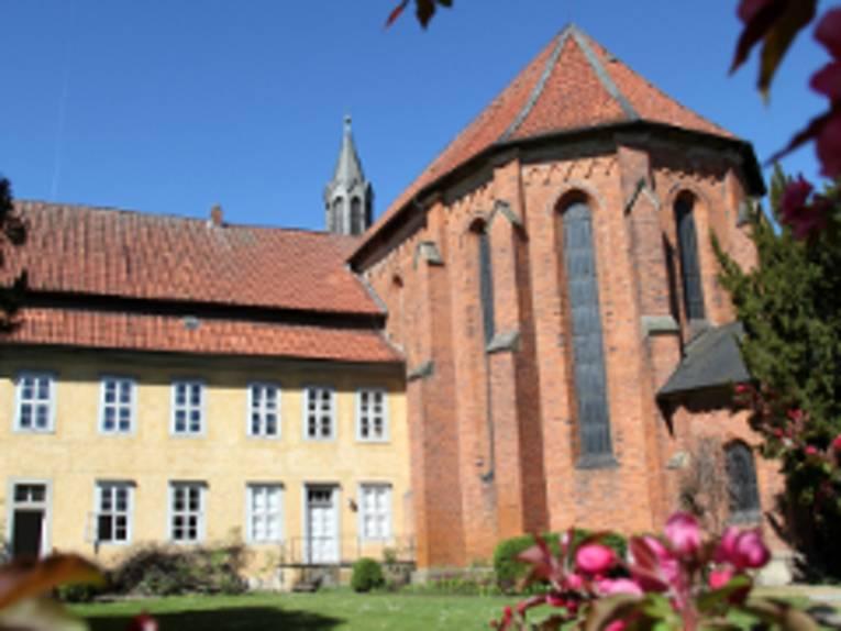 Blick von außen auf das Kloster Mariensee.