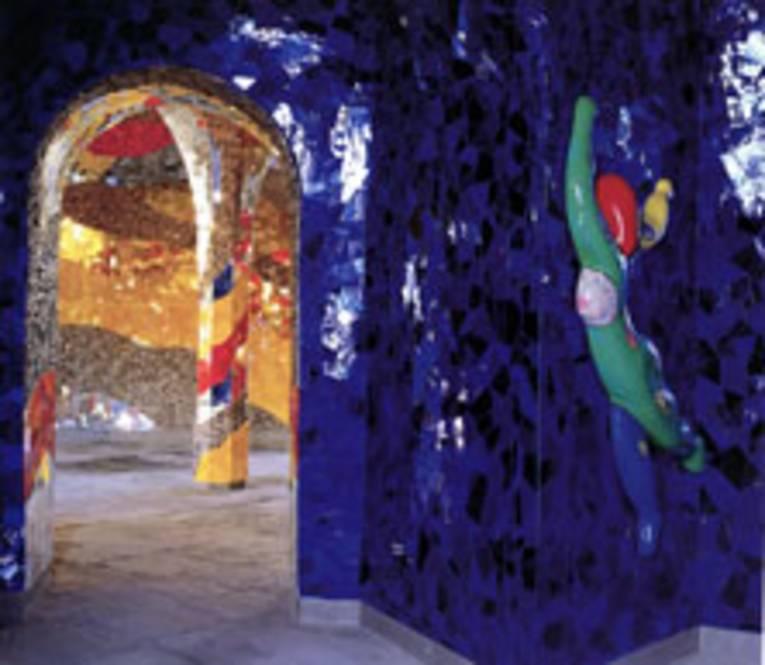Historische Grotte nach den Plänen der Künstlerin Niki de Saint Phalle