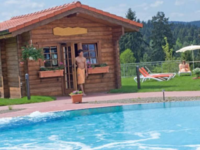 Außensauna mit Liegebereich und Pool