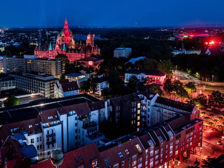 Blick über die Stadt auf das Neue Rathaus während der Night of Light