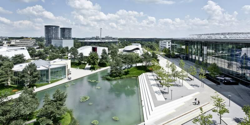 Park- und Lagunenlandschaft der Autostadt in Wolfsburg