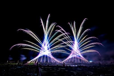 Ein Feuerwerksbild mit blauen und violetten Effekten