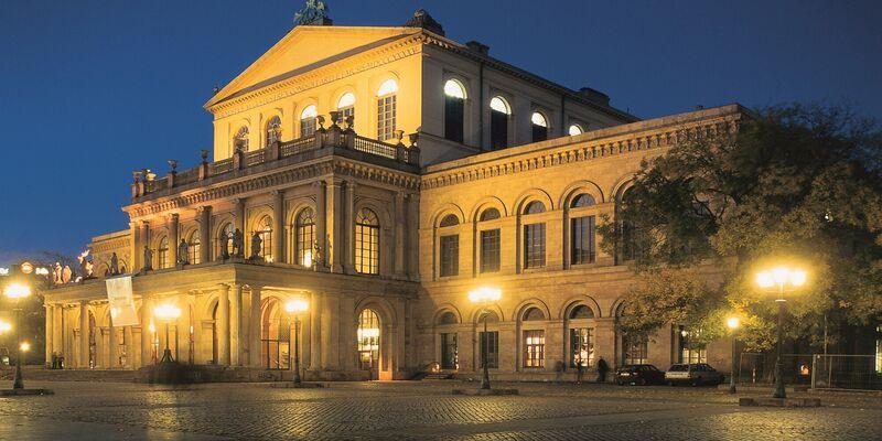 Das Gebäuder der Oper im nächtlichen Glanz.