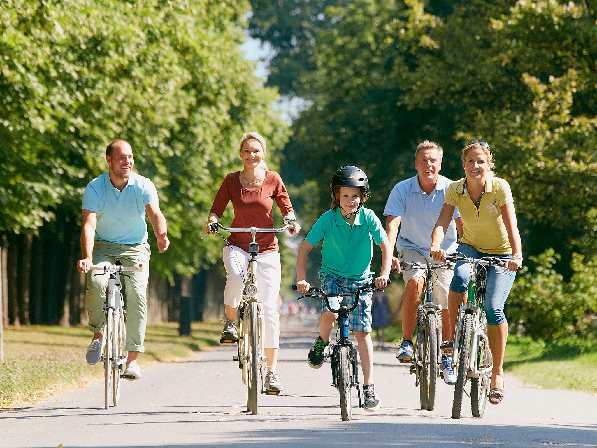 Menschen beim Fahrrad fahren