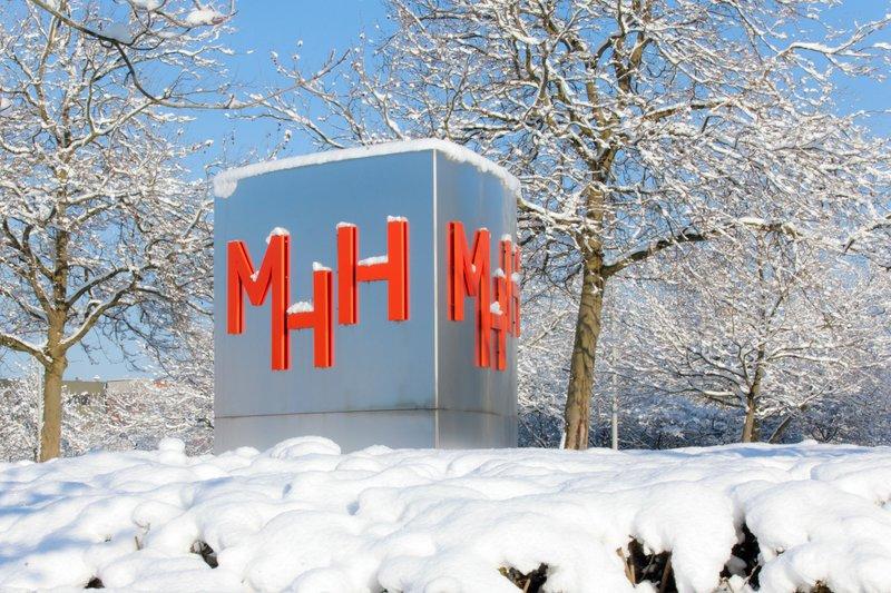 Der Schriftzug MHH liegt unter Schnee.