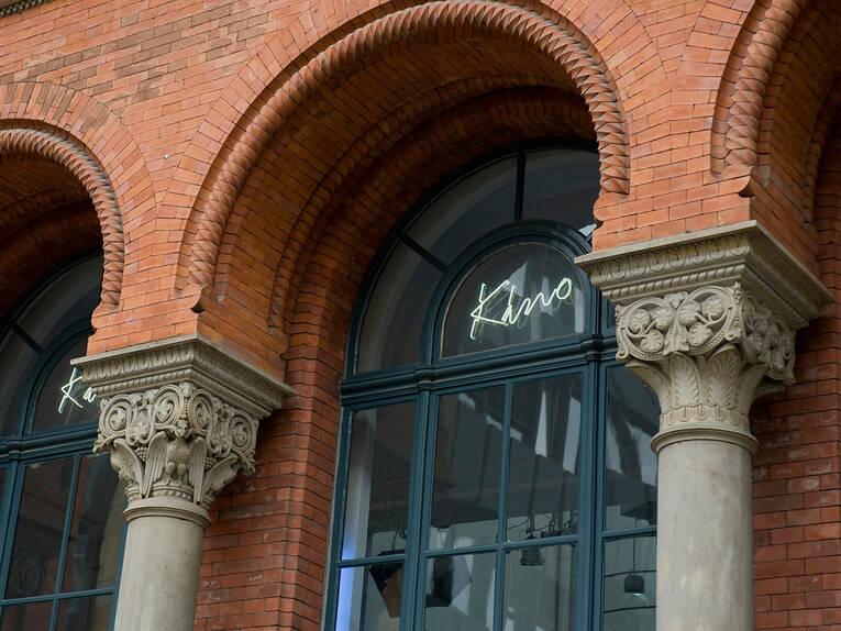 Kommunales Kino Fenster Zwischen Den Säulen Kino Im Künstlerhaus
