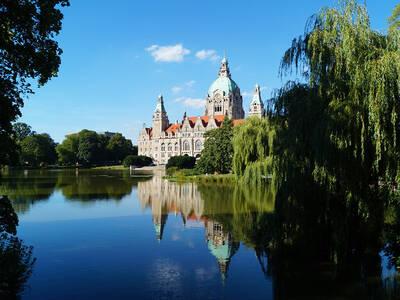 f953f1de42c64e Das Neue Rathaus im Spätsommer vom Maschteich aus gesehen