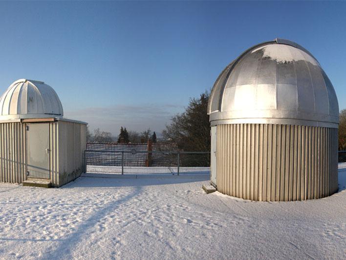 Sternwarte im Schnee.